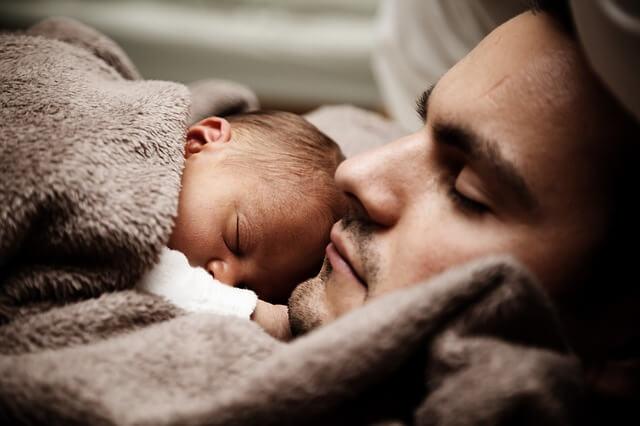 bébé avec papa