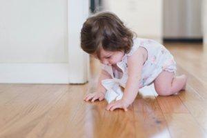 bébé marche à 4 pattes