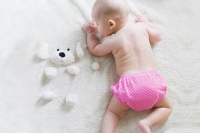 bébé commence à marcher