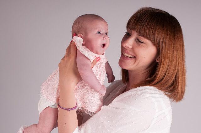 maman réconforte bébé
