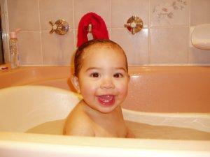 bébé prend son bain